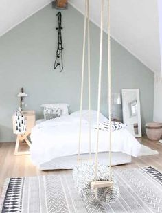 Le truc déco en plus de cette chambre ? Sa balançoire bien sûr ! Atypique et décalée, elle modernise par la même occasion la pièce. Fixée au beau milieu de la pièce, elle est mise en valeur par la couleur pastel du mur de tête de lit peint en vert d'eau.