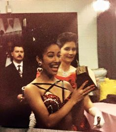 She was ALWAYS smiling and lived a beautiful life. Selena Quintanilla Perez, Suzette Quintanilla, Selena Mexican, Selena Pictures, Selena Pics, Selena And Chris, Always Smile, American Singers, Beyonce