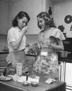 Vintage An Easy Way to Make New Friends: start a cookbook club! Or, club ideas could include: Articles Club, Documentary Club, Walking Club Wine Tasting Club, Podcast Club - Why's it so hard to make new friends as an adult? Here's a fun way to do so. Photo Vintage, Vintage Love, Retro Vintage, Vintage Kiss, Vintage Beauty, Retro Mode, Mode Vintage, Vintage Lesbian, The Last Summer