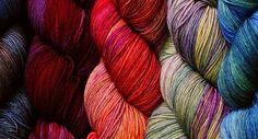 Malabrigo je rodinná firma z Uruguaye, která přízi vyrábí a barví ručně. V jejich širokém sortimentu                     najdete řadu přízí neuvěřitelné měkkosti a nádherných barevných variant. Příze jsou                     vyrobeny z nejjemnějších vláken, která jsou k dispozici. Jejich barevné kombinace jsou inspirovány                     přírodou, krajinou, uměním a každodenním životem. Vzniklo tak celkem 17 druhů přízí                     s více jak třemi sty barevnými variantami.