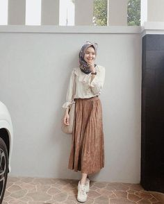 Inspired by the Color of Iced Coffee Milk, These 9 Hijab Outfits That Can Be Used to Be … Hijab Casual, Ootd Hijab, Modest Fashion Hijab, Stylish Hijab, Street Hijab Fashion, Casual Dress Outfits, Hijab Chic, Summer Dress Outfits, Muslim Fashion