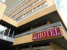 Nicht weit vom Boxring entfernt, keine 40 Meter, steht das Opal-Hotel den Besuchern der Open-Air-Boxgala zur Verfügung. Grosse, geräumige Zimmer und ein grosses Bad laden zum übernachten ein. Moderate Preise, wobei auch ein ausgiebiges Frühstück mit eingeschlossen ist, gepaart mit einem sehr freundlichen Personal bieten dem Hotelgast eine top-preisgünstige Übernachtung. ....................
