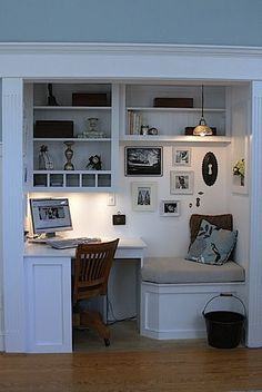 Closet office // Small spaces maximized Love the built in bench right next to the desk. Love