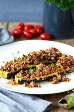 gefüllte Zucchiniboote mit Hack, aromatischen Kräutern, fruchtiger Tomatensauce und köstlichem Mozzarella überbacken. Low carb, high protein und kalorienarm