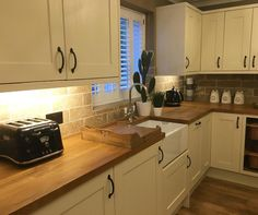 Good morning and what a dark miserable day it is , just cleaning rabbits cages while they are out and about and feeding the dogs , then gonna get some house work done , shoulder giving me a lot of pain today wish the physio would hurry up #kitchen #kitchendesign #belfastsink #next #coffeetime☕️ #openplankitchen #homedecor check out my story for today's jobs