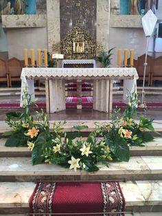Easter Flower Arrangements, White Floral Arrangements, Funeral Flower Arrangements, Alter Flowers, Church Flowers, Funeral Flowers, Church Altar Decorations, Christmas Candle Decorations, Simple Centerpieces