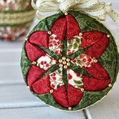 35 Festive Christmas Wall Decor Ideas that will Instantly Get You into the Holiday Spirit - The Trending House Quilted Christmas Ornaments, Christmas Sewing, Christmas Patterns, Christmas Christmas, Homemade Christmas, Diy Christmas Gifts, Outdoor Christmas, Holiday Crafts, Christmas Decorations