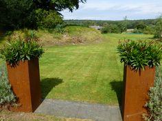 Symmetrical use of A+C Corten steel planters to give a nice accent to the entrance. / Symmetrische toepassing van A+C Cortenstalen plantenbakken voor een mooi accent aan de entree.