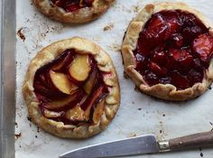 Пирог-галету готовить очень просто: для выпечки даже форма не обязательна, тесто нет необходимости подпекать, достаточно раскатать, выложить начинку, загнуть и защипить краешки и – в духовку. Сейчас самое время печь пироги-галеты со сливами, нектаринами, ягодами, молодыми овощами или грибами. Пирог-галета с фруктами Вам понадобится для универсального теста: 100 г сливочного масла 2 ст.л. сахара 225 г муки 5 ст.л. ледяной воды Для начинки: 700 г смеси фруктов 4 ст.л. сахара 1 ст.л…