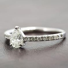 プラチナダイヤリング ティアドロップデザイン   ダイヤ:0.537ct ダイヤ:0.17ct