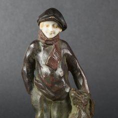 Eine wunderschöne Figur aus Bronze und Bein mit vielfarbigen Patina.Sehr detaillierte und ansprechende Ausarbeitung aus massivem Bronzeguss auf schwarzem Marmorsockel. Signiert A. Jorel (Alfred Jorel 1860-1927, Frankreich). Ein wunderbarer Blickfang und ein interessantes Sammlerstück für den Art Déco Liebhaber.Figurhöhe ca. 16,5 cmGesamthöhe ca. 19,5 cmGewicht ca. 1,6 kg