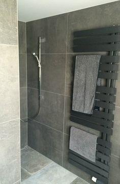 Praktisch: Der direkt neben der offenen Dusche befindliche Heizkörper hält immer passende Handtücher bereit - bei Bedarf auch angewärmt