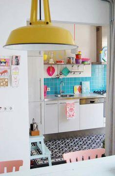 Retro Home Decor Blue Kitchen Tiles, Kitchen Colors, Kitchen Paint, Kitchen Yellow, Blue Tiles, Interior Decorating, Interior Design, Decorating Ideas, Decor Ideas