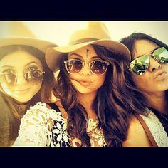 Pin for Later: Die Stars hinter den Kulissen beim Coachella-Festival Selena Gomez, Kendall und Kylie Jenner mit Sonnenbrillen. Source: Instagram user selenagomez
