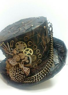 Cool riveted patchwork design for steampunk hat. Steampunk Hut, Steampunk Theme, Steampunk Top Hat, Steampunk Crafts, Steampunk Cosplay, Steampunk Design, Victorian Steampunk, Pirate Cosplay, Steampunk Necklace