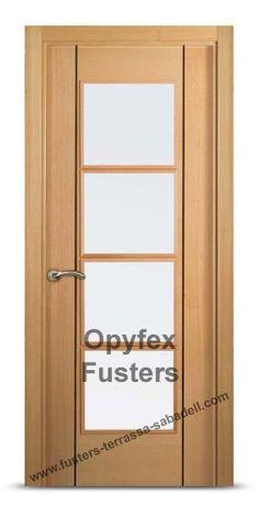 Puerta de madera con cristales para interior maciza modelo Terrassa. Precio: 425€ Incluye puerta con cristales mate, marcos, herrajes color inox, instalación ajuste y retirada de la puerta antigua.