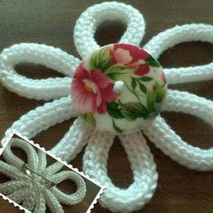 Strickliesel-Blume mit Vintageknopf.