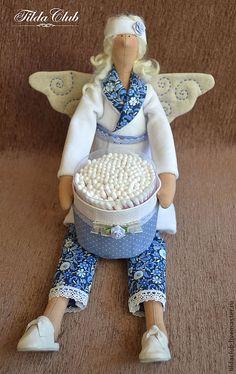 Купить или заказать Банный ангел Тильда: Хранительница ватных палочек в интернет-магазине на Ярмарке Мастеров. Банный ангел Тильда - прекрасное украшение Вашей ванной комнаты. Ангел оживит интерьер и добавит настроения Вашему дому. Кроме декоративной функции кукла еще и очень функциональна, в руках у нее ватные палочки, которые очень удобно брать. Упаковку легко заменить на новую и продолжать пользоваться с удовольствием. Баночка с палочками крепится к кукле при помощи кнопок, при желании…