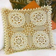 Bellissimo quadretto con motivo centrale un fiore, che potrebbe servire a realizzare cuscini, coperte, plaid ...