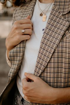 Plaid blazer, white tee, layered gold necklaces Classic Fall Look with MiaDonna - The Moptop Winter Trends, Fall Winter Outfits, Autumn Winter Fashion, Moda Hijab, Moda Ootd, Moda Lolita, New Yorker Mode, Look 2018, Moda Chic