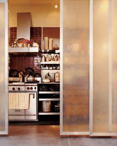 ファイバーグラスのスライドドアの向こうのキッチン