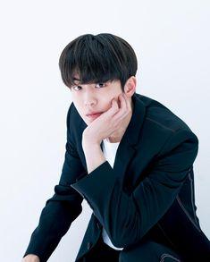 ナム・ジュヒョク/映画初出演にして韓国の映画賞の各新人賞を総なめにするなど、今、もっとも注目を浴びる韓流俳優の一人。バツグンのスタイルと甘いマスクに加え、演技力にも定評のある彼に日本のファンからも熱い視線が注がれている (撮影/馬場道浩 スタイリング/JUNG HYE JIN ヘア/JUNG MI YOUNG メイク/KIM SOO JIN アートディレクション/福島源之助+FROG KING STUDIO)