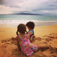 【laulea_yoga_hawaii】さんのInstagramをピンしています。 《My daughter makes new friend so easy.  I love to see my daughter enjoy a moment a moment. 👙🐚🏖⛱🍧🍹🐬🐠🐳🏝🏄♀️✨ ✴︎ #kids #beach #friend #hawaii #maui #makena #bigbeach #beautifulisland #islandkid #islandfamily #resort #vacation #mauitime #relaxed ✴︎ 子供は一瞬、一瞬を楽しんで生きてる。 ✴︎ 心で感じたままに生きてる姿を 見せてもらうと、 私は大人になってしまったんだなぁ。 と自分を見つめ直す機会を 娘に与えてもらってるような気がする。 ✴︎ 忘れてた記憶を いつも娘が私に蘇らせる機会をくれる。 ✴︎ 家族は、自分の人生の鏡の映し出し。 ✴︎ 今日も素晴らしい出逢いと 大きな気付きを与えてくれて ありがとう💓 ✴︎ #ハワイ #マウイ…