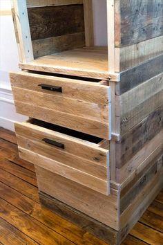 ¿Podrías hacer un armario multifuncional con pallets de madera en pocos minutos? Mira aquí – manos a la obra