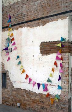 Mur Détruit et Fanions Colorės.