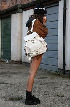 """""""¡Vuelven las mochilas!"""": En nuestra sección de tendencias, Elena nos comenta hoy que las mochilas vuelven a estar muy presentes en los looks de street style.   ¿Qué os parece?"""
