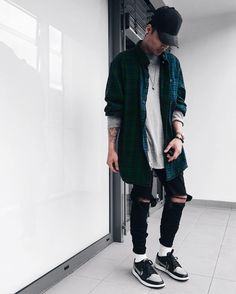 Best and Unique Mens Streetwear Ideas. For quite a while, streetwear and luxury proved mutually exclusive. Streetwear has revolutionized the area of fashion, and it has come to be a lifestyle. Fashion Moda, Urban Fashion, Mens Fashion, Fashion 2016, Fashion Hair, Urban Apparel, Elegant Casual Men, Men Casual, Streetwear Men