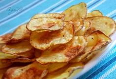 Have you ever tried to prepare homemade potato chips? Frying in oil is not good for your health. There is a healthier option here, how to make crispy chips without conscience while eating them. Healthy And Unhealthy Food, Healthy Snacks, Ital Food, Crispy Chips, Homemade Chips, Food Porn, Snack Recipes, Cooking Recipes, Czech Recipes