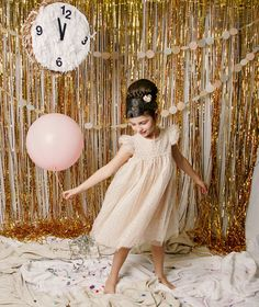 Have some fun with this glam NYE photo booth backdrop made out of gold streamers, balloons + a countdown clock.