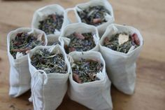 I sacchetti profumati possono dare un buon aroma al tuo armadio, magari allontanando le tarme in agguato. Scopri come prepararli con gli oli essenziali!