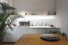 Appartamento con piante decorative integrate a Milano by AIM studio   Dd Arc Art #arredamento #cucina #kitchen #design #interni