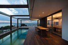 Modernes-Haus-mit-Balkon-Pool-im-Boden-versunken-Holzdeck-Sitzbereich
