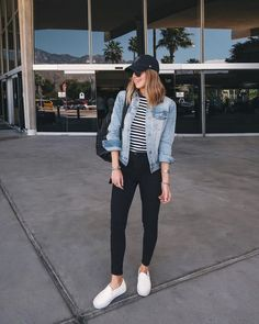 Nichole Ciotti jaqueta jeans blusa listrada calça skinny preta tênis branco The post Dupla estilosa: Listras jeans. Nichole Ciotti jaqueta jeans blusa listrada appeared first on Jeans. Outfits With Hats, Mode Outfits, Laid Back Outfits, College Fashion, College Outfits, School Outfits, Airport Outfits, College Girls, Airport Style