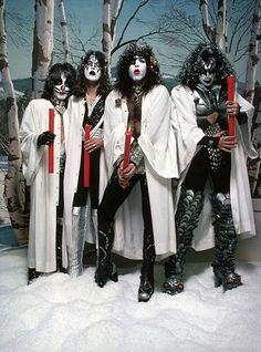 October 1976 - Kiss shoot their iconic X-Mas photo shoot for Creem magazine Paul Stanley, Kiss Band, Eric Singer, Los Kiss, Gene Simmons Kiss, Merry Kissmas, Eric Carr, Rap, Vintage Kiss