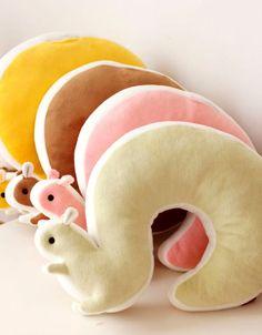 Мягкие игрушки нравятся всем детям. А игрушки-подушки выполняют ещё и практическую функцию. Попробуйте сшить мягкие подушки-игрушки своими руками.