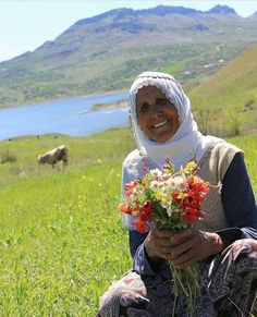 Kurdish mom with wild flowers from the Mother Nature in Kurdistan People Around The World, Around The Worlds, Old Faces, Garden Of Eden, Kurdistan, Nature Paintings, Women Life, Mother Nature, Wild Flowers