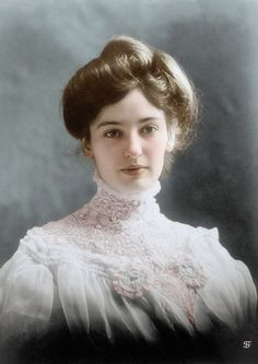 Portrait of a woman from the Edwardian Era. Victorian Photos, Victorian Women, Edwardian Era, Edwardian Fashion, Victorian Portraits, Edwardian Hairstyles, Pompadour Hairstyle, Men's Pompadour, Men's Hairstyle