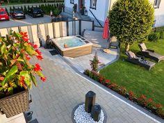 Wer puren Luxus genießen möchte, wird den Whirlpool Claremont der Serie 980 lieben. Die moderne wellenförmige Verkleidung wird durch die spezielle Eckbeleuchtung in stimmungsvolles Licht getaucht. Mit den als Eiswürfelbox nutzbaren Staufächern haben Sie jederzeit eine kühle Erfrischung zur Hand. Hot Tubs, Patio, Lifestyle, Outdoor Decor, Home Decor, Panelling, Luxury, Lighting, Lawn And Garden