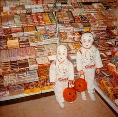 Vintage Halloween trick or treaters {I just love this photo! Retro Halloween, Halloween Fotos, Vintage Halloween Photos, Vintage Holiday, Holidays Halloween, Happy Halloween, Halloween Designs, Halloween Town, Halloween Halloween