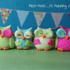 Cute fondant or biscuit owls Diy Fimo, Fimo Clay, Polymer Clay Projects, Polymer Clay Charms, Polymer Clay Creations, Clay Crafts, Owl Cake Toppers, Owl Parties, Owl Cakes