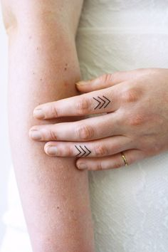 This temporary tattoo set with arrows is cute and looks really good on your fingers. But they are also very cute at for example your wrist or toes. I love them! .......................................
