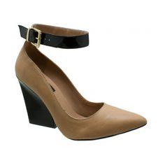 Scarpin DM Couro Bege. Detalhe em tornozeleira em verniz preto com fivela dourada para facilitar o calce. Forro e palmilha bege, debrum da p...