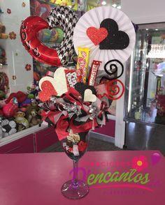 Un dulce detalle para esa persona especial  @dencantos #CreacionesDencantos #Dencantos #Floristeri - dencantos Valentine Gift Baskets, Valentine Day Crafts, Happy Valentines Day, Diy Bouquet, Candy Bouquet, Bouquets, Balloon Arrangements, Chocolate Bouquet, Simple Gifts