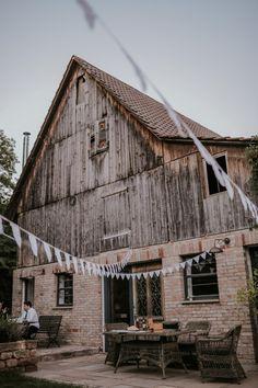Hochzeit auf dem Bauernhof - wie dekorieren? #dekokonzept #hochzeitsdeko #bauernhof #farmwedding #naturaldecor #hochzeit #outdoor #wimpel Wedding Couples, Brides, Dream Wedding, Reception, Cabin, Weddings, House Styles, Outdoor, Instagram