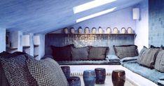 Utilisée depuis toujours pour ses propriétés assainissantes, la chaux peut aussi se substituer à l'enduit ou à la peinture avec un bel effet matières. Analyse et conseils. Marie Claire, Couch, Bed, Furniture, Home Decor, Lime Paint, Small House Renovation, Terraced House, Cool Ideas