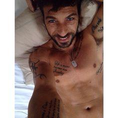 #CostantinoVitagliano Costantino Vitagliano: Giornooooooo! #costantinovitagliano #casavitagliano #autoscatto #selfie #goodmorning #tattoo #sunday #milanomarittima